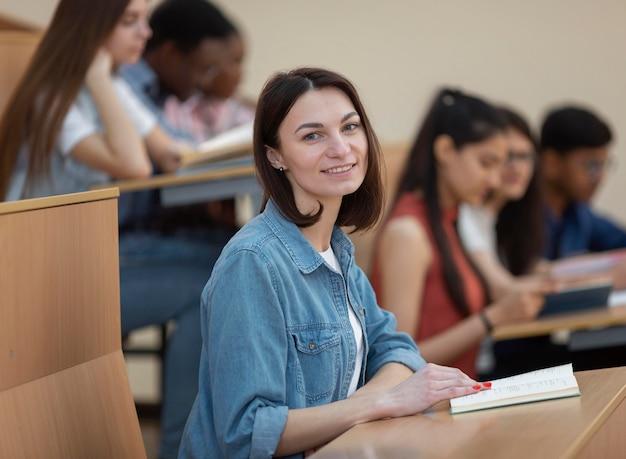 Gros plan des étudiants en classe