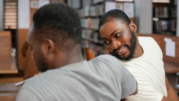 Gros plan des étudiants dans la bibliothèque