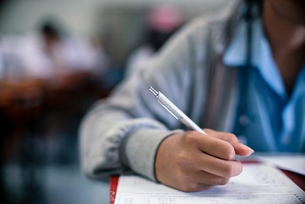 Gros plan des étudiants qui écrivent pour examen
