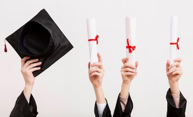 Gros plan des étudiants titulaires de certificats