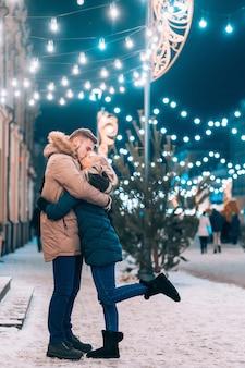 Gros plan extérieur portrait de jeune beau couple posant sur la rue