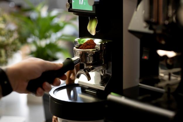 Gros plan de la fabrication du café à la main