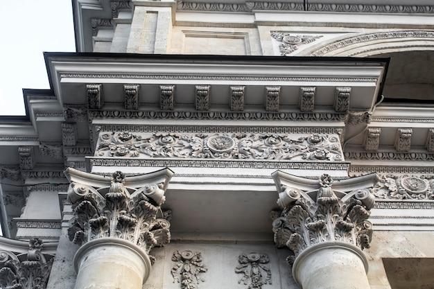 Gros plan de la façade de l'arc de triomphe à chisinau, moldavie