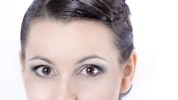 Gros plan .face de belle jeune femme avec maquillage quotidien.