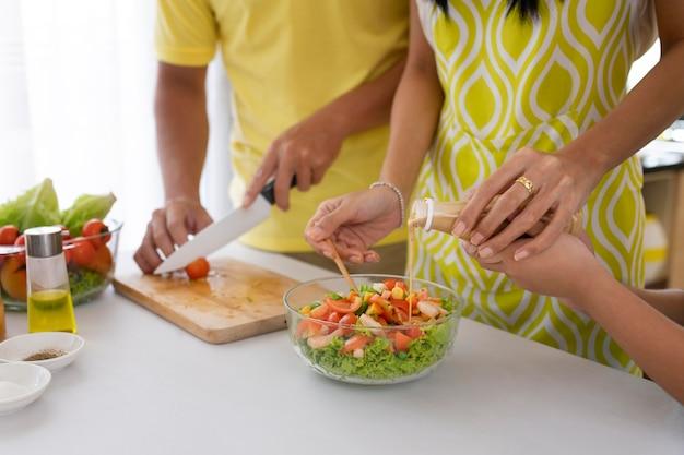 Gros plan de la famille faisant la salade