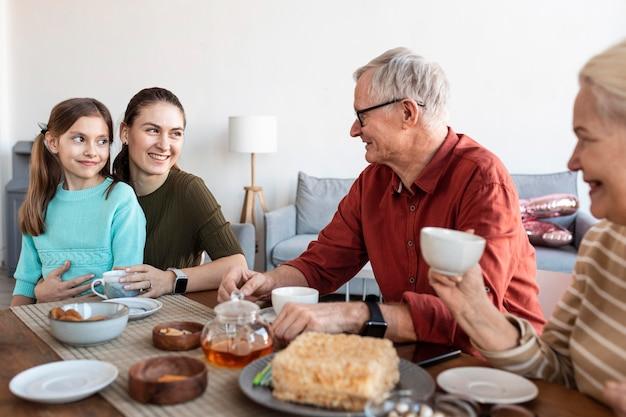 Gros plan famille heureuse à table