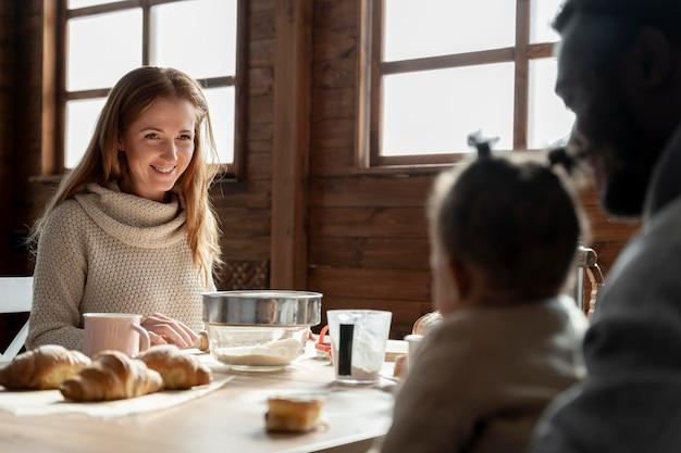 Gros plan sur une famille heureuse à table