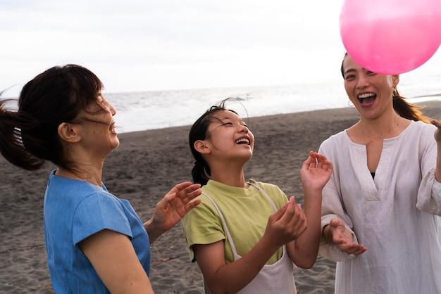 Gros plan sur une famille japonaise s'amusant