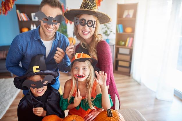 Gros plan sur la famille jeune et heureuse, passer du temps ensemble