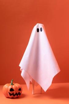 Gros plan fantôme d'halloween avec citrouille