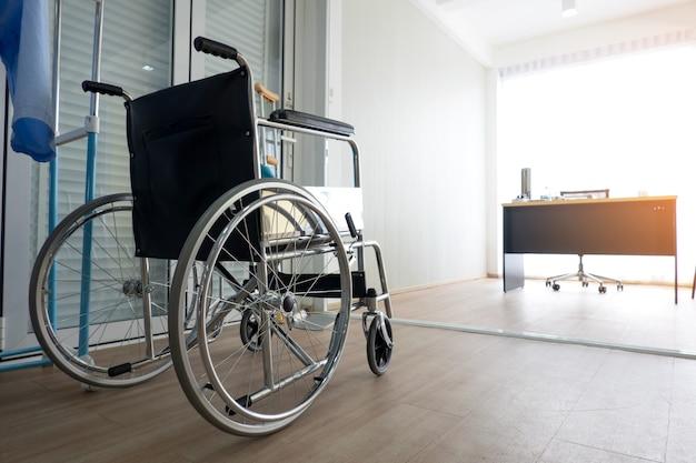 Gros plan sur un fauteuil roulant dans la clinique du médecin