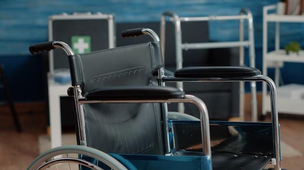 Gros plan sur un fauteuil roulant dans une maison de soins infirmiers vide à la clinique
