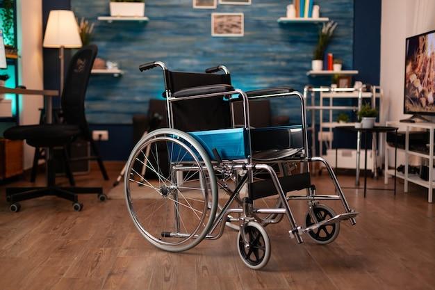 Gros plan d'un fauteuil roulant vide pour handicap à la maison