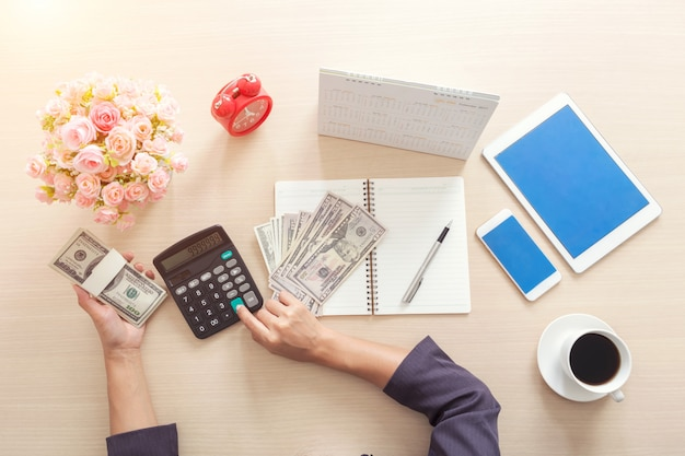 Gros plan de femme d'affaires à l'aide de la calculatrice pour travailler au bureau. concept finance et acco