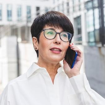 Gros plan, femme affaires, conversation téléphone