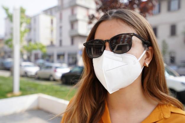 Gros plan d'une femme d'affaires dans un masque protecteur ffp2 kn95 à l'extérieur