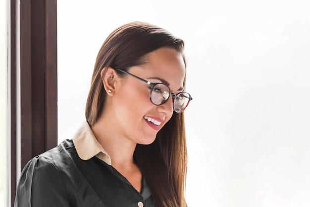 Gros plan femme d'affaires avec des lunettes