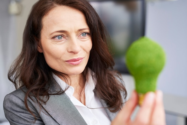 Gros plan d'une femme d'affaires réfléchie au travail