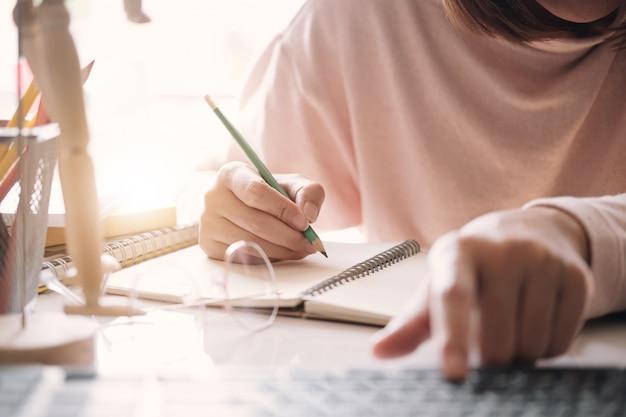 Gros plan femme d'affaires signature d'un contrat avec un partenaire commercial.
