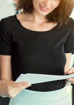 Gros plan, femme affaires, tenue, documents