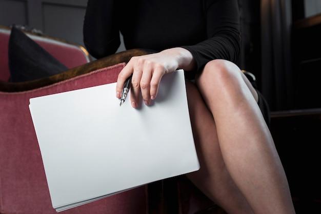 Gros plan, femme affaires, tenue, papiers