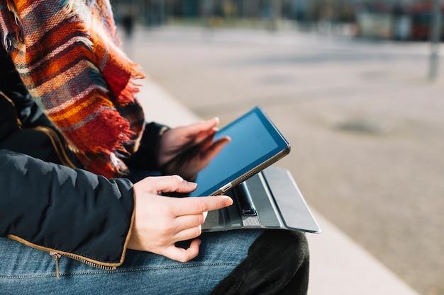 Gros plan de femme d'affaires travaillant à l'extérieur avec tablette