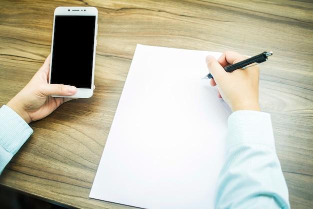 Gros plan, de, femme affaires, travailler, à, smartphone, et, note, de, document