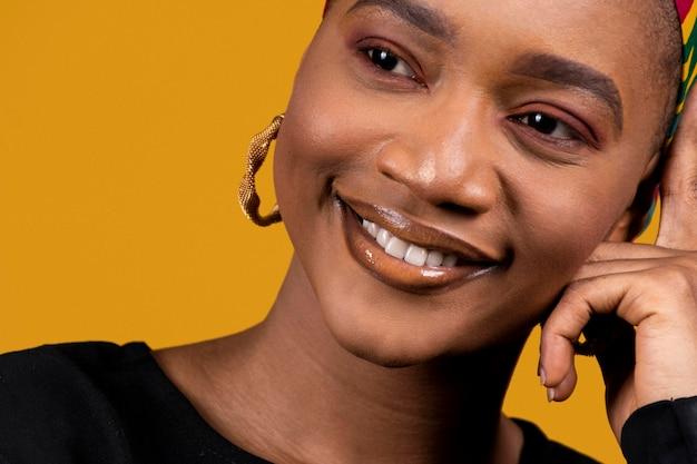Gros plan, femme africaine, porter, accessoires traditionnels