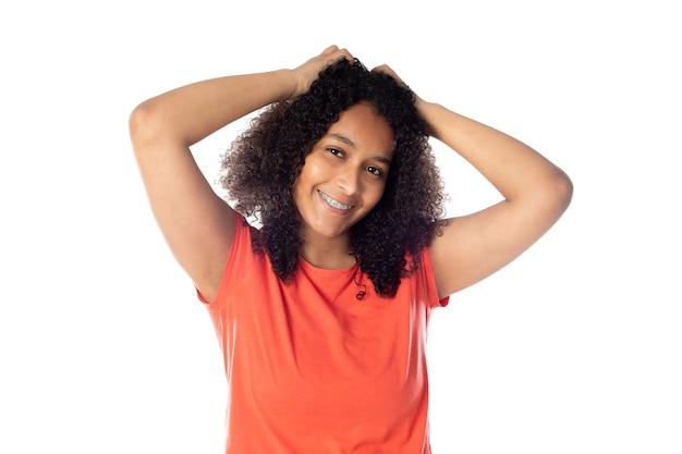 Gros plan d'une femme afro-américaine souriante portant un t-shirt rouge isolé.