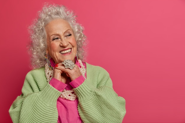 Gros plan sur une femme âgée élégante portant des vêtements élégants isolés