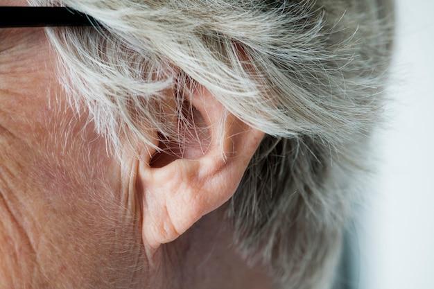 Gros plan, de, femme âgée, oreille