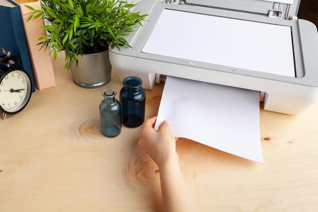 Gros plan d'une femme à l'aide d'une imprimante