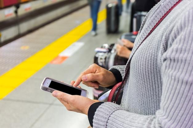 Gros plan d'une femme à l'aide de téléphone intelligent mobile