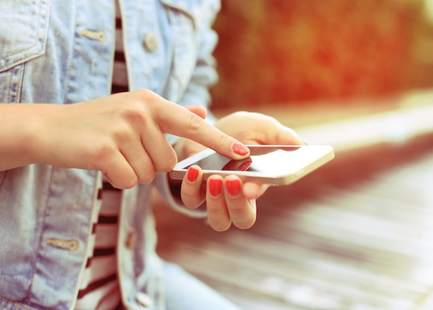 Gros plan d'une femme à l'aide d'un téléphone intelligent mobile