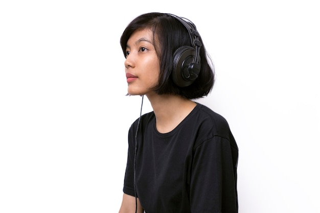 Gros plan, femme asiatique, à, écouteurs, apprécier, musique, blanc, espace