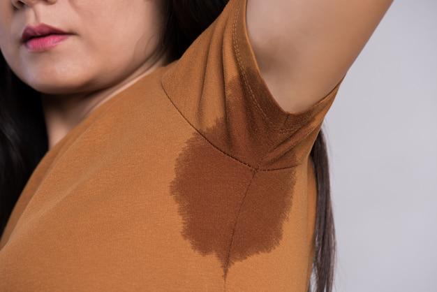Gros plan, femme asiatique, à, hyperhidrose, transpiration.