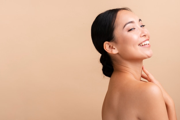 Gros plan femme asiatique avec large sourire et espace de copie
