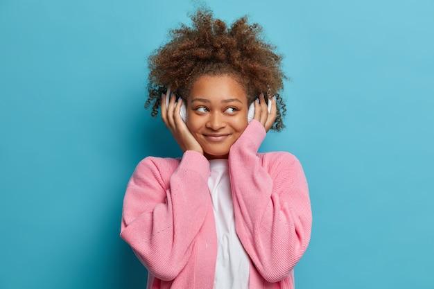 Gros plan sur une femme aux cheveux afro naturels peignés isolés