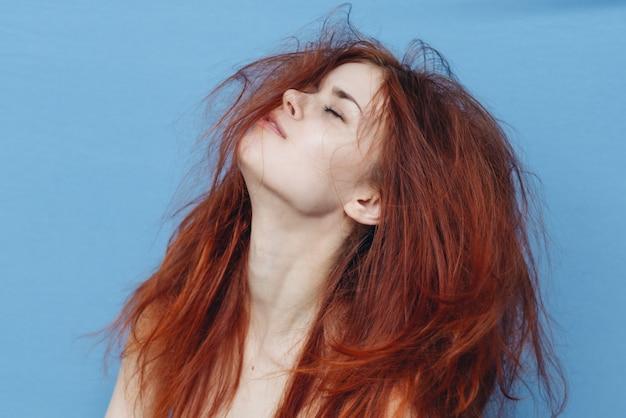 Gros plan sur la femme aux cheveux en désordre après le sommeil