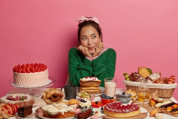 Gros Plan Sur La Femme Ayant Un Repas Sucré Sain Photo gratuit