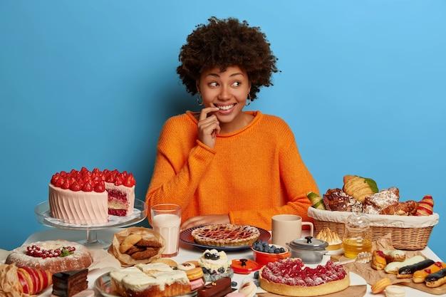 Gros plan sur la femme ayant un repas sucré sain