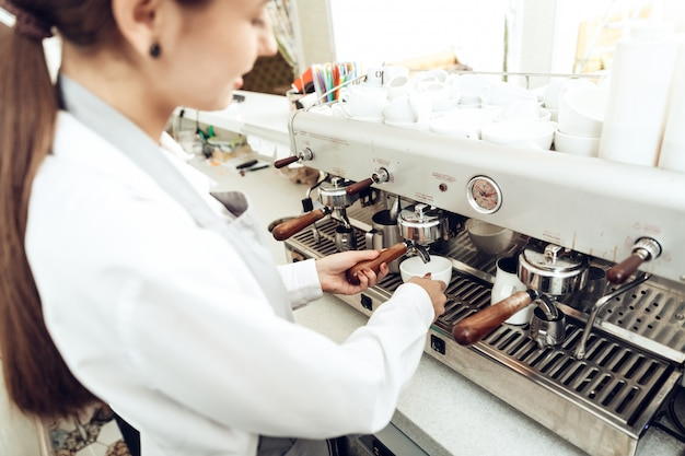 Gros plan, femme, barista, préparer café