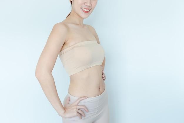 Gros plan d'une femme en bonne santé, montrer le corps mince