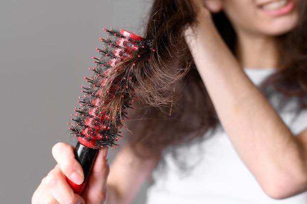 Gros plan, femme, brosse, cheveux