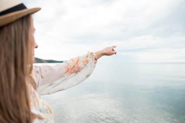 Gros plan, femme, chapeau, souligner, mer