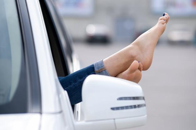 Gros plan, femme, chauffeur, pieds nus, sortir, de, a, voiture, fenêtre ouverte.