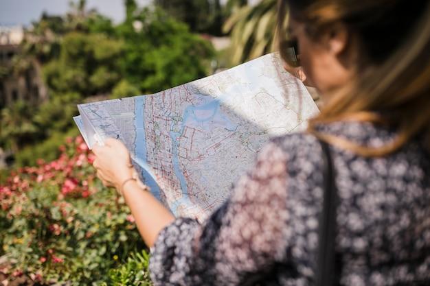 Gros plan, femme, chercher, bonne direction, sur, carte