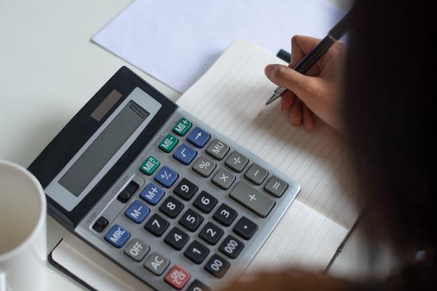 Gros plan, femme, compter, chiffres, pendant, préparation, taxe