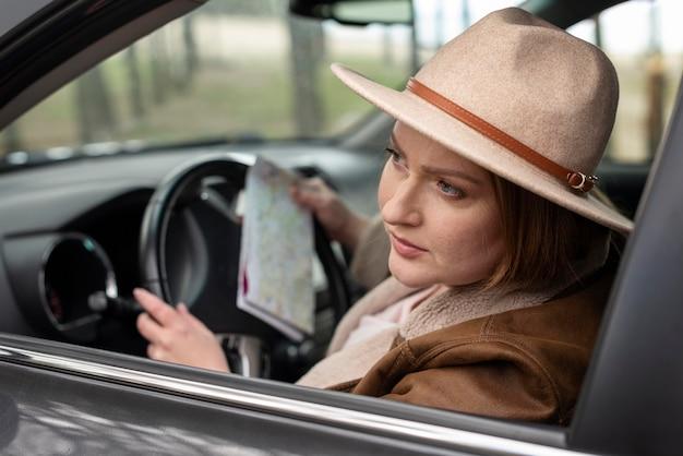 Gros plan, femme, conduite, à, carte