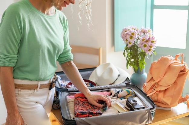 Gros plan, femme, confection, bagages